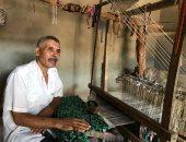 صور.. صناعة غزل السجاد اليدوى مهنة مهددة بالإندثار فى الغربية