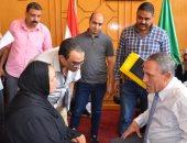 صور.. محافظ الإسماعيلية يلتقى المواطنين ويستمع لمطالبهم ومشكلاتهم وقضاياهم