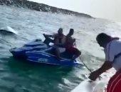 بالفيديو.. شرطة دبى تُنقذ شاب اصطدم بدراجته المائية فى صخور حديقة الممزر