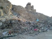 شكوى من تراكم القمامة خلف مسجد بن طولون والسيدة بمصر القديمة