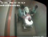 شاهد.. شرطيان يضربان مريضا مقيدًا بمستشفى فى هونج كونج