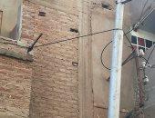 صور.. عمود كهرباء آيل للسقوط يهدد أهالى الوليدية فى أسيوط