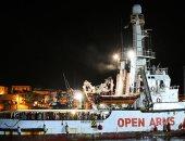 إيطاليا تستقبل مهاجرين على متن سفينة أوبن أرمز على أراضيها