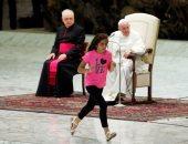 البابا فرنسيس يسمح لفتاة مريضة بالتصفيق والرقص على المسرح أثناء عظته