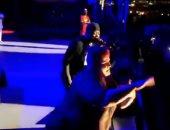 مترجمة لغة إشارة تخطف الأضواء من المطرب بحفله فى ولاية كارولينا ..فيديو