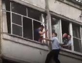 شرطى روسى ينقذ طفلة هدد والدها بإلقاها من شرفة المنزل ..فيديو