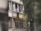 مشهد صادم..أب يحاول إلقاء طفلته الرضيعة من الطابق الثالث فى سارانسك الروسية