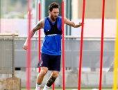 ميسي يسابق الزمن للحاق بمباراة برشلونة ضد بيتيس بمران فى الرمل .. فيديو