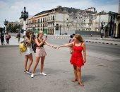 السياح فى هافانا يستمتعون بالمعالم التاريخية والمبانى الأثرية