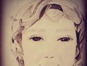 طفلة تشارك برسومات فنية مستخدمة القلم الرصاص والفحم