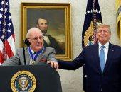الرئيس الأمريكي ترامب يقدم وسام الحرية الرئاسي إلى بوب كوزي