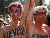 صور.. نساء بصدور عارية يتقدمن مظاهرات فى فرنسا احتجاجا على حرائق الأمازون