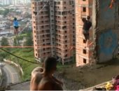 شاهد..انتشار رياضة السير على الحبال بين البرازيلين هربا من ضغوط الحياة