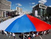 الروس يحتفلون بيوم العَلم الوطنى فى شوارع العاصمة موسكو
