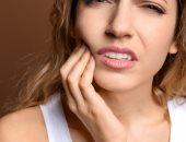 لماذا يزداد ألم الأسنان ليلاً؟..اعرف التفاصيل
