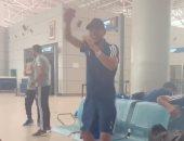 """شاهد.. وصلة رقص لـ""""دونجا"""" بعد وصول بيراميدز مطار القاهرة"""