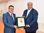 محمد مصيلحى يهدى سفير مصر بالكويت درع زعيم الثغر