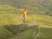 شاهد.. ألمانى يسير على حبل معلق بين برجين على ارتفاع 180 قدما بأرمينيا