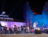 """مدحت صالح يشعل محكى القلعة بأغنية """"أنا ويايا بعيش"""""""
