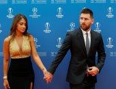 ميسي يصل مقر حفل الاتحاد الاوروبي مع زوجته.. فيديو وصور