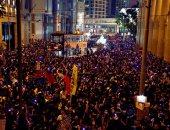 الألاف فى هونج كونج يحتجون ضد شركة طيران عزلت موظفيها بسبب التظاهرات