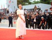 روني مارا تحضر عرض Joker بمهرجان فينسيا السينمائي مرتديه فستان من Givenchy