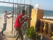 صور.. بوابات حديدية على شاطئ عام بالإسكندرية.. والحى يزيلها