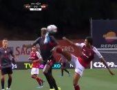 كوكا يتسبب فى تلقى فريقه الهدف الأول أمام بنفيكا.. فيديو