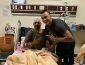 شاهد أول صور لعمرو زكى مع الحضرى بعد تعافيه من إصابة حادث السير