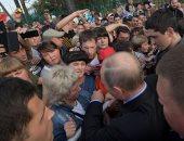 صور.. بوتين يزور مدينة طولون التى غمرتها الفيضانات ويلتقى سكانها