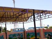 صور.. تركيب مظلات معدنية بمدارس الوادى الجديد لحماية الطلاب من أشعة الشمس