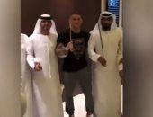 شاهد.. بطل العالم للفنون القتالية يرقص بالسيف فى الإمارات
