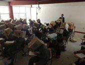 مدرس مكسيكى يواجه انتقادات لإجبار الطلاب على وضع رؤوسهم داخل صناديق