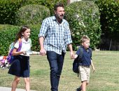 صور.. شاهد بن أفليك بصحبة أبنائه أثناء خروجهما من المدرسة