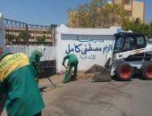صور .. حملة نظافة بمحيط مدارس الغردقة استعدادا للعام الدراسى الجديد