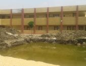 صور.. مياه الصرف الصحى تحاصر أعمال تطوير مدرسة بقرية فى المنوفية