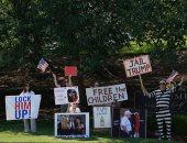 محتجون يتظاهرون أمام ملعب جولف ترامب بولاية فرجينيا