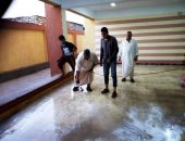 طلاب ومدير مدرسة ثانوى بالشرقية ينظفون المبنى قبل بدء العام الدراسى