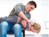 حتى لا يتعرض للاختناق.. طرق التعامل مع الطفل عند ابتلاع جسم غريب