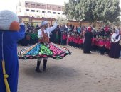 صور.. مدرسة بالإسماعيلية  تحتفل بأول أيام الدراسة مع فرقة تنوره و على انغام السمسمية