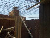 صور.. إزالة شدة خشبية لدور ثامن علوى بعقار مخالف فى حى غرب المنصورة