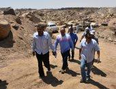لجنة فنية تتفقد مواقع 26 محجر للجرانيت الأسود والأحمر بأسوان.. صور
