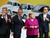 ميركل تتفقد معرض فرانكفورت للسيارات فى ألمانيا ونشطاء يطالبون بخفض التلوث