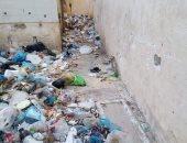 إلقاء القمامة فى حوش المدرسة.. شكوى أولياء أمور طلاب مدرسة النبوية بباكوس