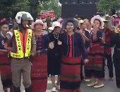 شرطى فرفوش.. ظابط تايلاندى يرقص ويصفر بالشارع مع الأغانى الشعبية