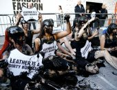 صور.. محتجو المناخ يفترشون سجادة من الدماء فى افتتاح أسبوع الموضة بلندن