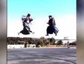 شاهد..شخصان يؤديان فنون قتال النينجا وهما فى الهواء