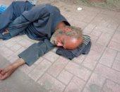 إحنا معاك.. قارئ يشارك بصورة مسن بلا مأوى فى مدينة الباجور بالمنوفية