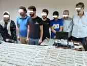 بتأشيرات ومستندات مزورة.. ضبط عصابة دولية لتهريب الشباب للخارج.. صور