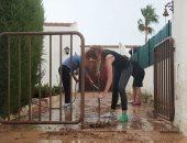 سكان سان خافيير الإسبانية ينظفون منازلهم من آثار الفيضانات